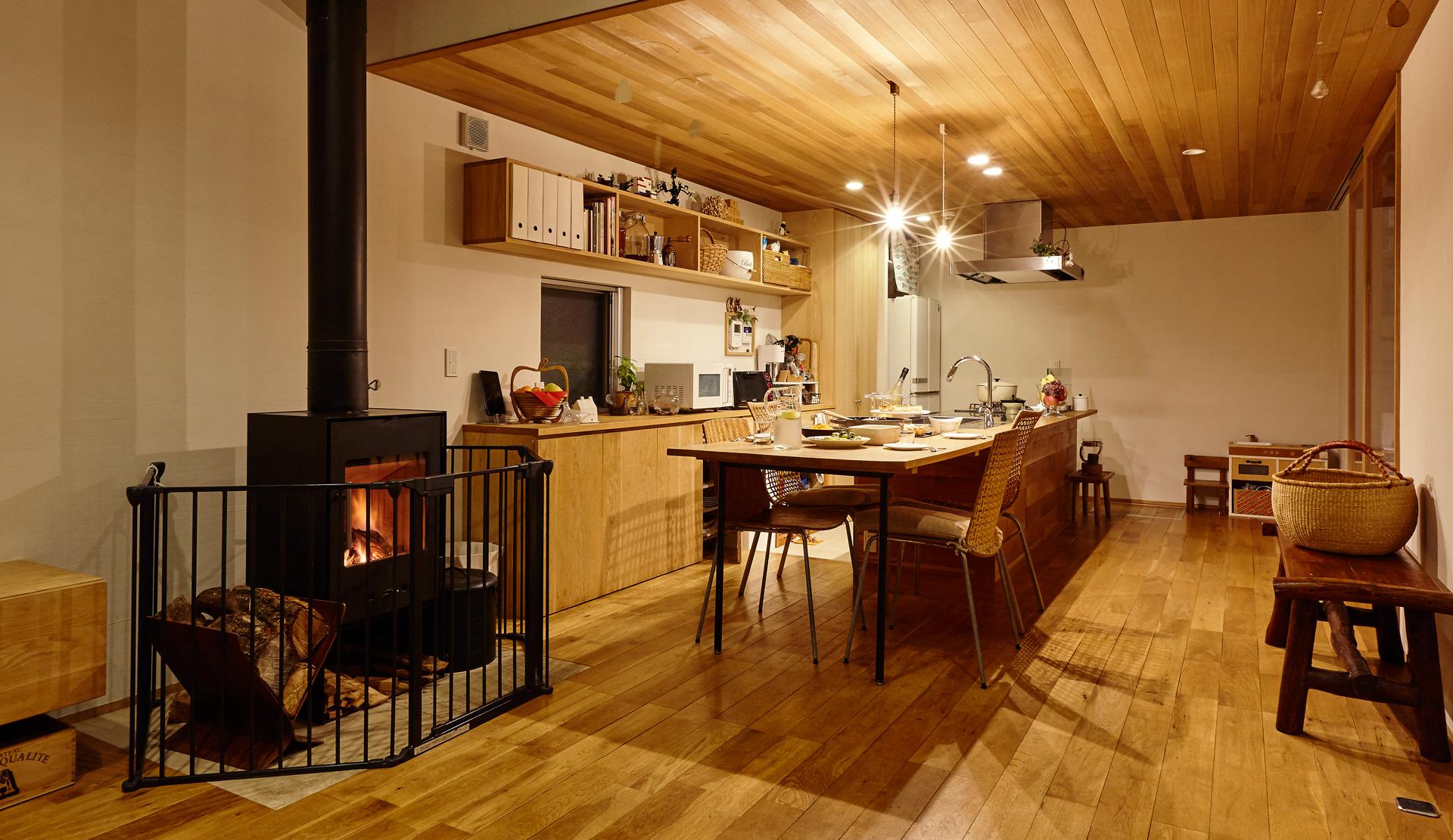 暖炉を囲む家